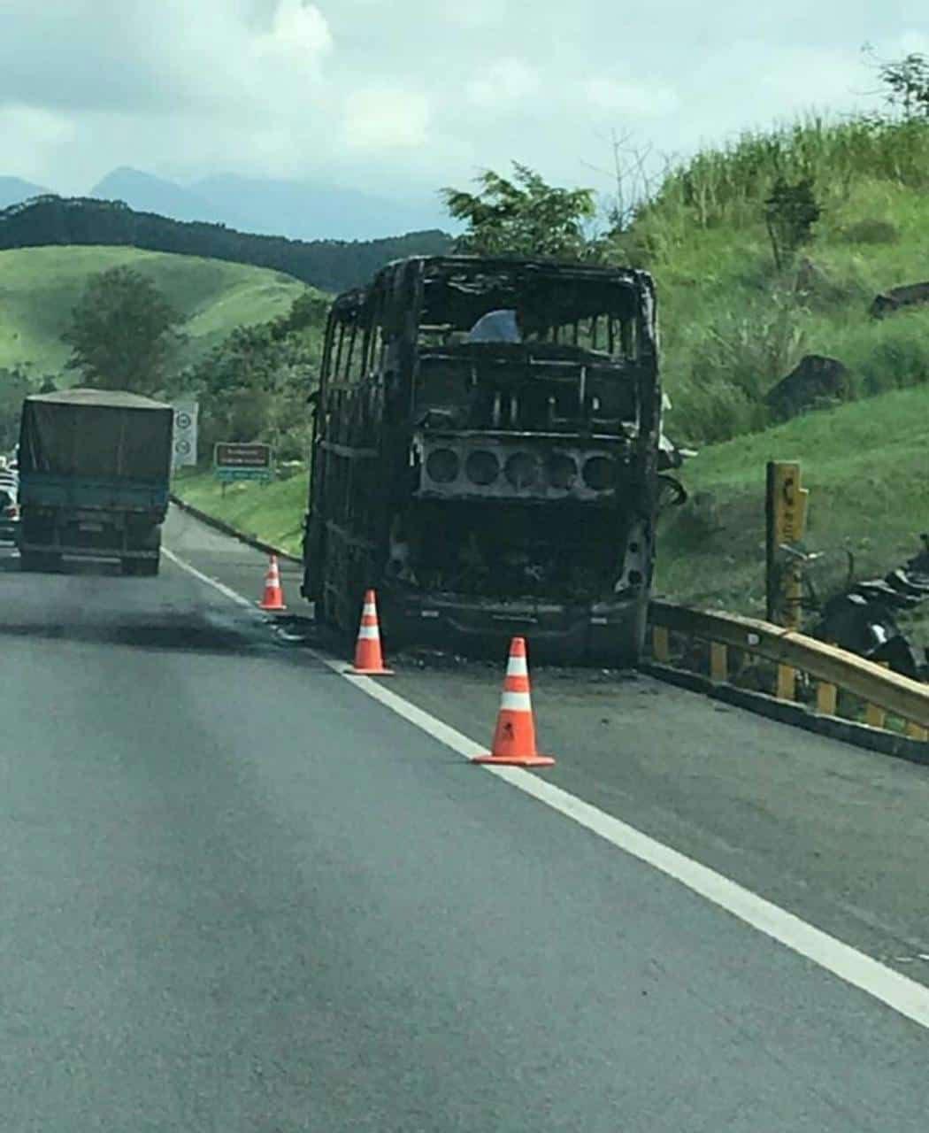 Ônibus do cantor Léo Magalhães pega fogo em Rezende RJ