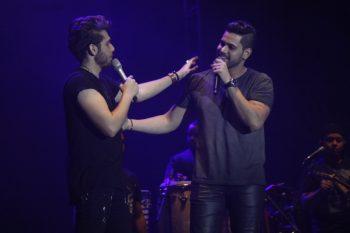 Gustavo Mioto recebe calcinha e Luan Santana joga toalha no Festival Expocrato