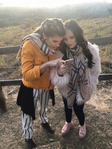 "Larissa Manoela e Lorena Improta estrelam clipe ""REGGAE IN ROÇA"" de Zezé Di Camargo e Luciano"