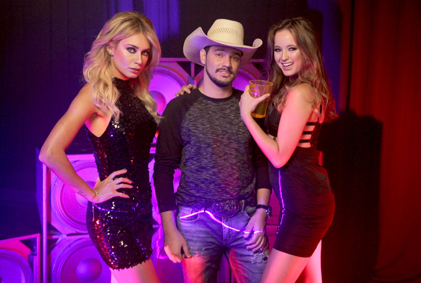Leandro Casanova com Mayara Mafra e Luana Rangel. Foto Fábio Gallo Filmes / Divulgação