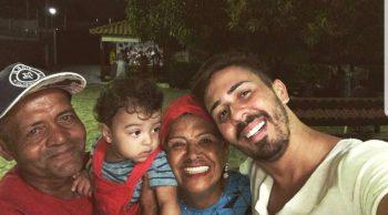 Carlinhos Maia faz surpresa para os pais e emociona o público