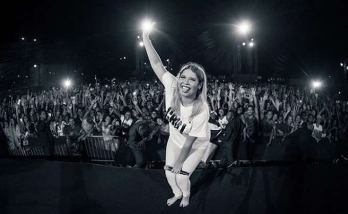 Marília Mendonça faz show surpresa para mais de 35mil pessoas