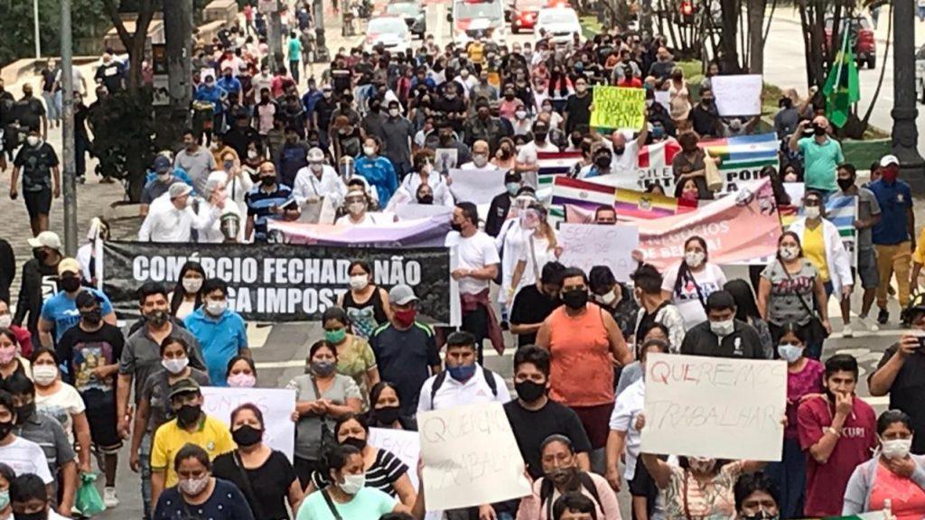 Foto dos manifestantes 1024x576 - Sindicato Pró-Beleza, através do presidente Márcio Michelasi e do vereador Zé Turin, lidera manifestação na Câmara Municipal de São Paulo em prol do retorno do funcionamento dos salões de beleza