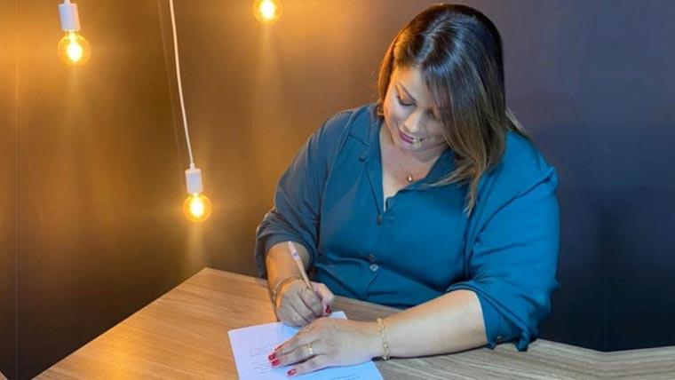 Jana Nazireu assina contrato com a Siri Music