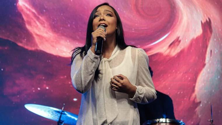 "Layza Tavares apresenta o single ""Vivo Só Por Ti"""