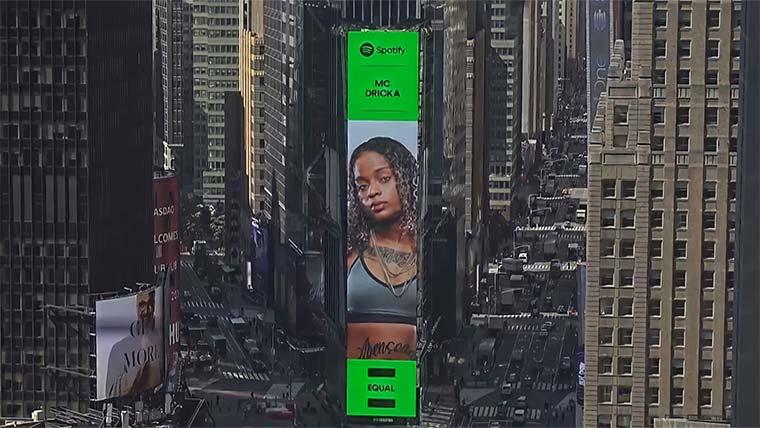 MC Dricka tem seu rosto estampado no telão da Times Square