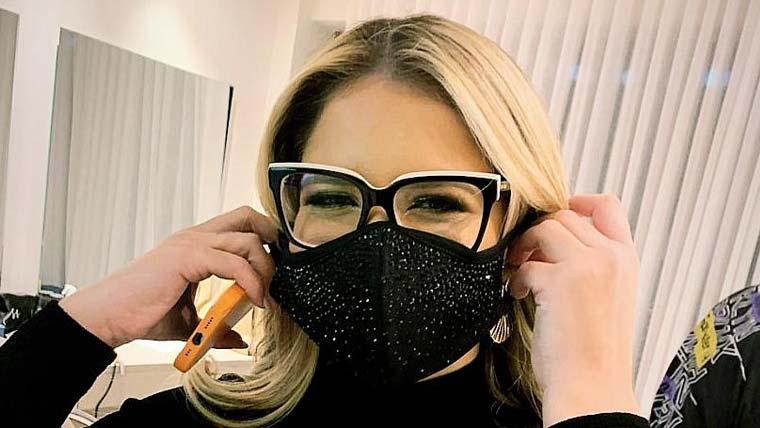 Marília Mendonça exibe máscara com aplicações de cristais