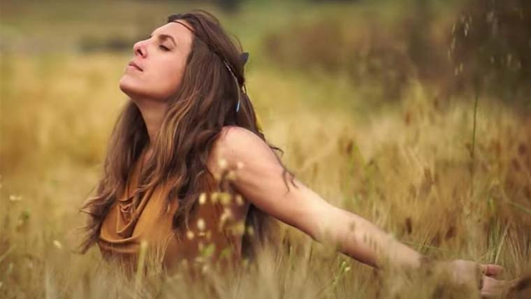"Marie Gabriella lança novo videoclipe de ""Força do Vento"" no estilo xamânico"